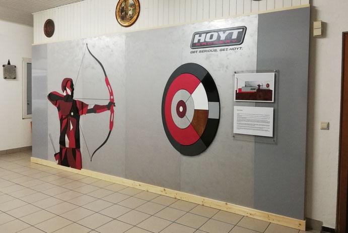 Ein riesiger Bogenschütze an der Wand im Schützenhaus Esslingen