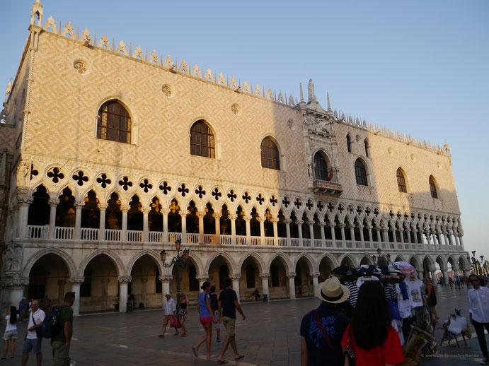 Dogenpalast auf dem Markusplatz in Venedig