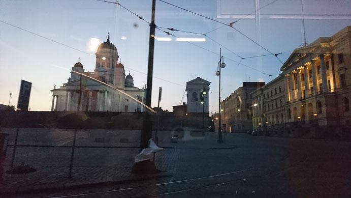路面電車の車窓から見たヘルシンキ大聖堂