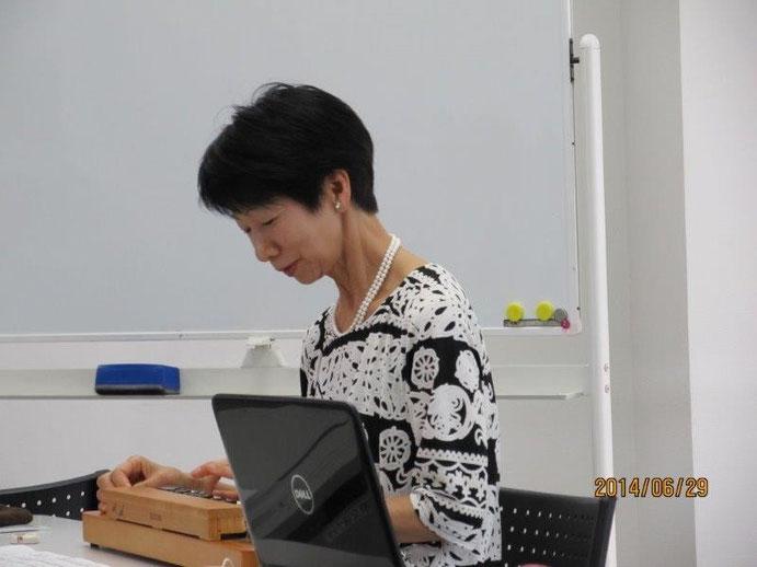 加藤会員による大正琴の演奏