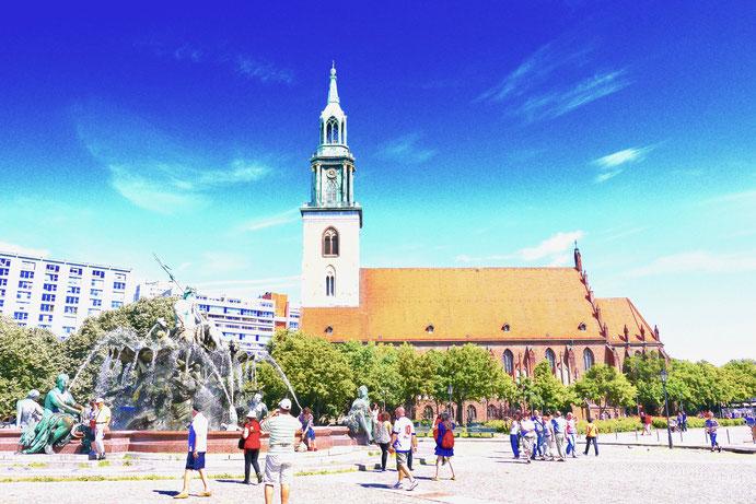 Die Nikolaikirche gegenüber vom Roten Rathaus, sie steht unter Denkmalschutz.