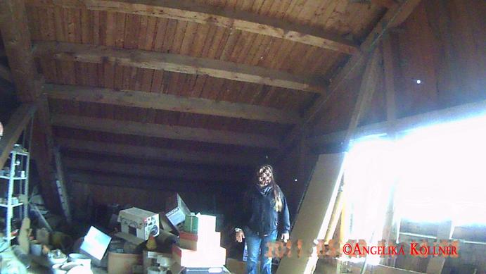 Der Dachboden über dem Stall. Von hier könnte leicht Staub herunterrieseln, der in der Sonne Gestalt annimmt. #Ghosthunters #paranormal #Spuk