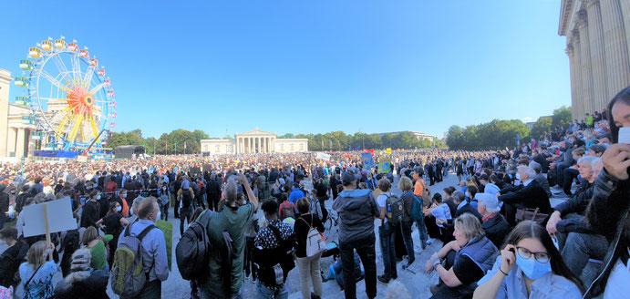 Tausende Menschen demonstrieren am Königsplatz friedlich für mehr Klimagerechtigkeit (Foto: Elisabeth Wölfl)