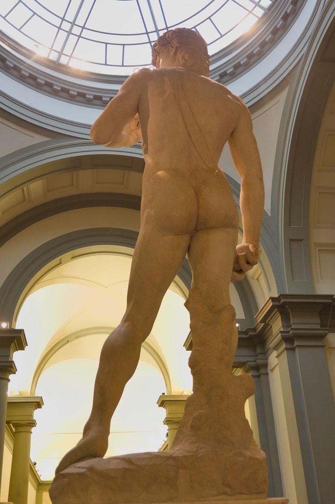 後ろから見たダビデ像。スリングや台座の存在がよくわかる。