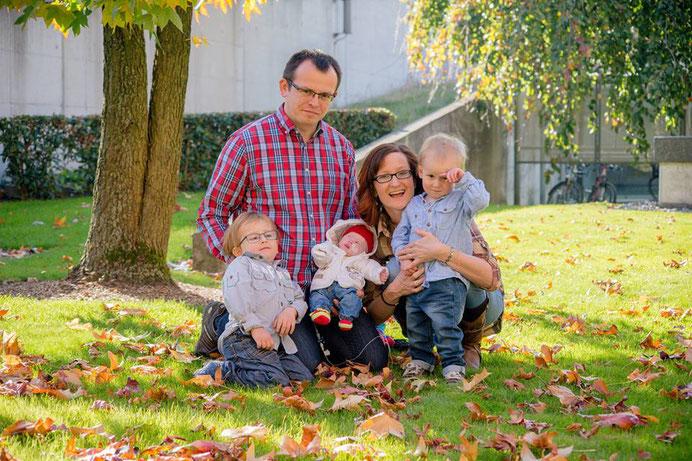 Familienfoto Kollros im Garten des Kinderspitals Luzern - www.ichundmeinblog.ch - von Claudia Kollros