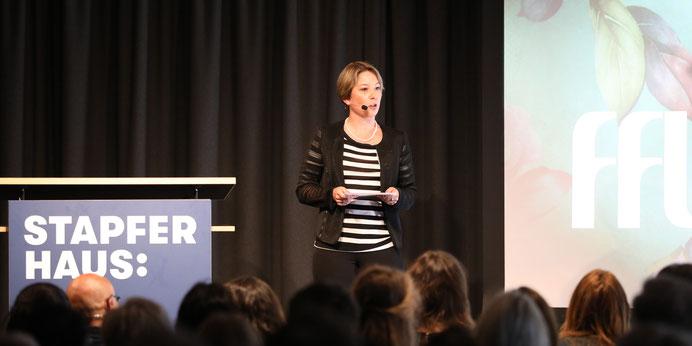 Lea Grossmann moderiert ihren Anlass und ihre Podiumsdiskussion.