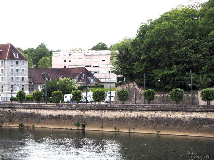der Stellplatz am Quai Veil Picard von der gegenüberliegenden Flußseite aus gesehen