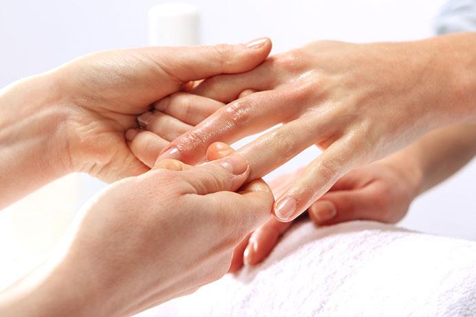 Die Handmassage wirkt sich auf den gesamten Organismus aus