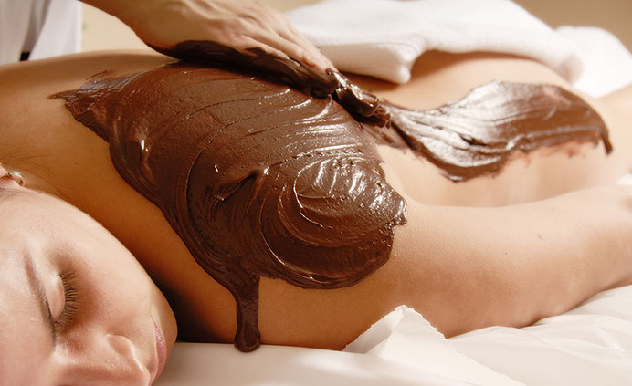 Entspanntes Kind beim Hot Chocolate Massage