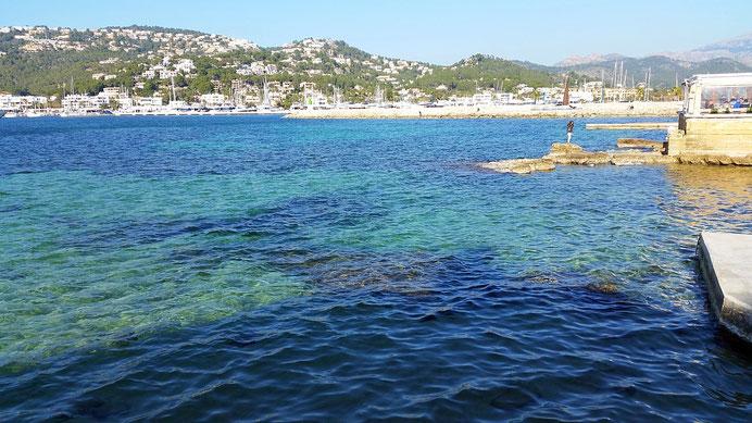 Das azurblaue Meer in der Hafeneinfahrt von Port d'Antratx, mallorca