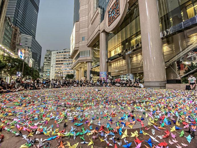 9月29日の反CCP抗議活動中、自由鳥の折鶴が設置された。