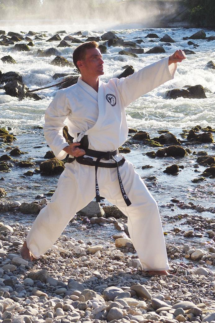 Thomas Seiler beim Formenlauf Hyong in der Taekwondo - Sportschule Adelzhausen Training im freien