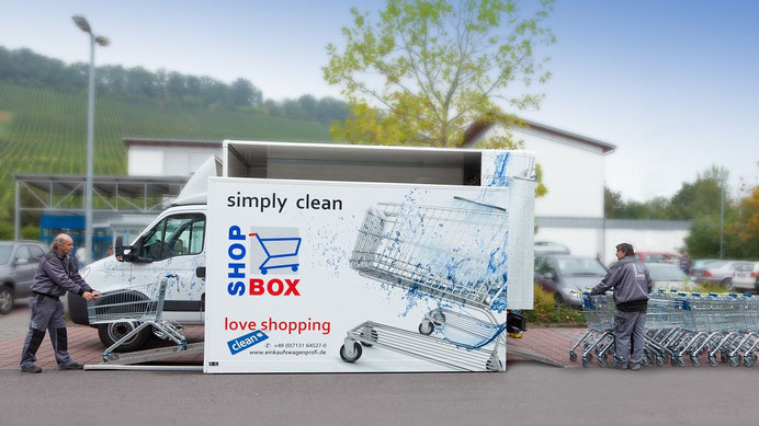 Foto: ShopBox Mitte GmbH: Mobile Einkaufswagenreinigung auf einem Supermarktparkplatz.