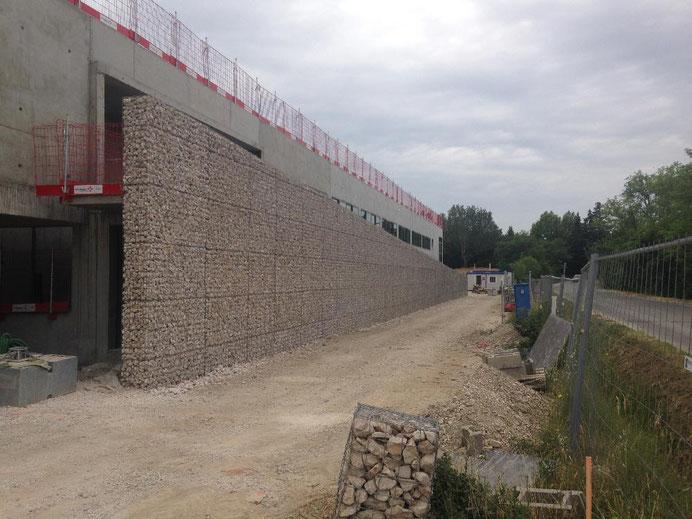 Construction mur libre et auto-porteur en gabions - bâtiment SYMADREM