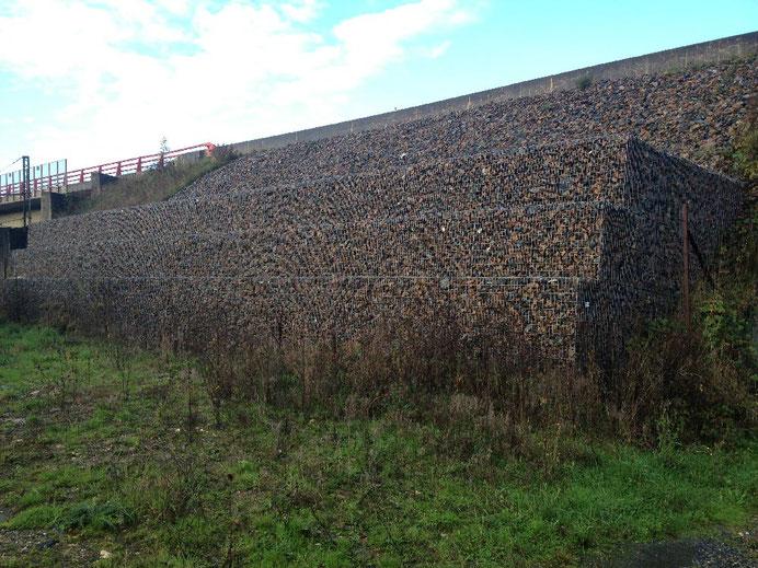 Confortement de talus en gabions - soutènement et mur poids en gabions