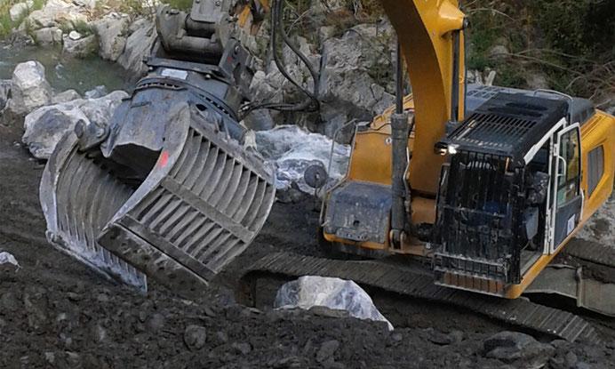 Terrassement pour la protection des berges - enrochements à la pince