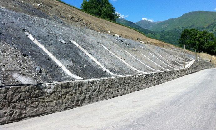 Travaux de terrassement : confortement de talus par terrassement - cunettes et descentes d'eau