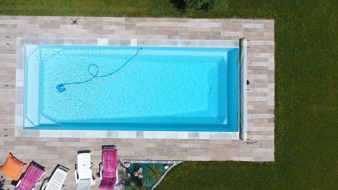 Swimmingpool mit Wasserpumpe