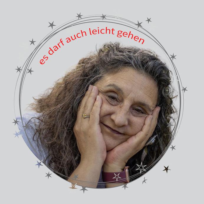 zufriedene Frau, Sylvia Jungo, lachend auf Baumstrunk lehenend, Jungo-Grafik