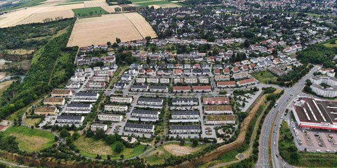 Auf der hellen viereckigen Fläche oberhalb des Großberghangs soll das Wohnquartier Hechtsheimer Höhe entstehen. Links daneben ist der ehemalige Steinbruch zu sehen. Dort soll einmal die Bauschuttdeponie entstehen. (Archivfoto: GVG/Costard)