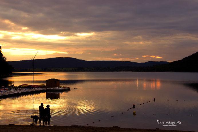 Zonsondergang aan het meer van Chalain. Lac de Chalain, Jura