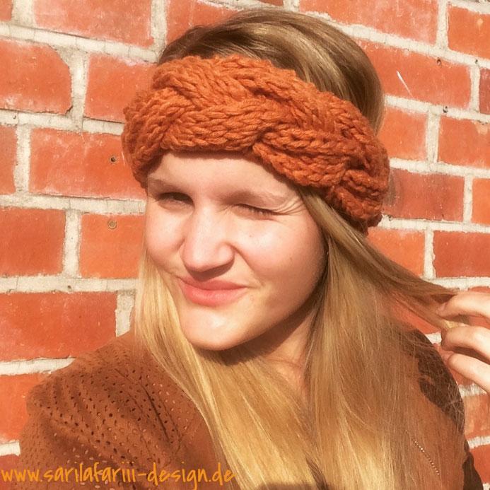 Stirnband mit Zopfmuster stricken. Kostenlose Anleitung.