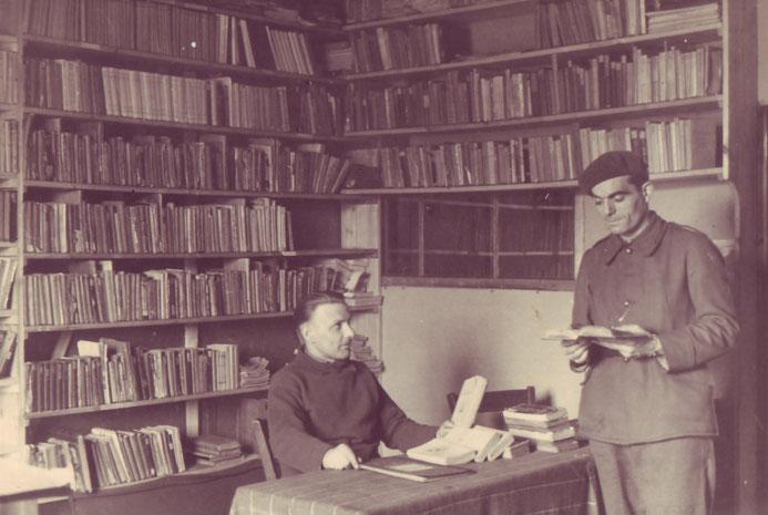 Blick in die französische Lagerbibliothek. Foto: unbekannt (Wehrmachtsaufnahme), undatiert. Archiv Gedenkstätte Lager Sandbostel