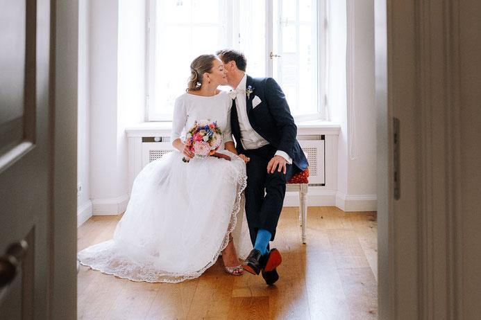 Hochzeitsfotograf Thomas Sasse aus Magdeburg Schuhe Hochzeit Fenster Schlosshotel Muenchhausen