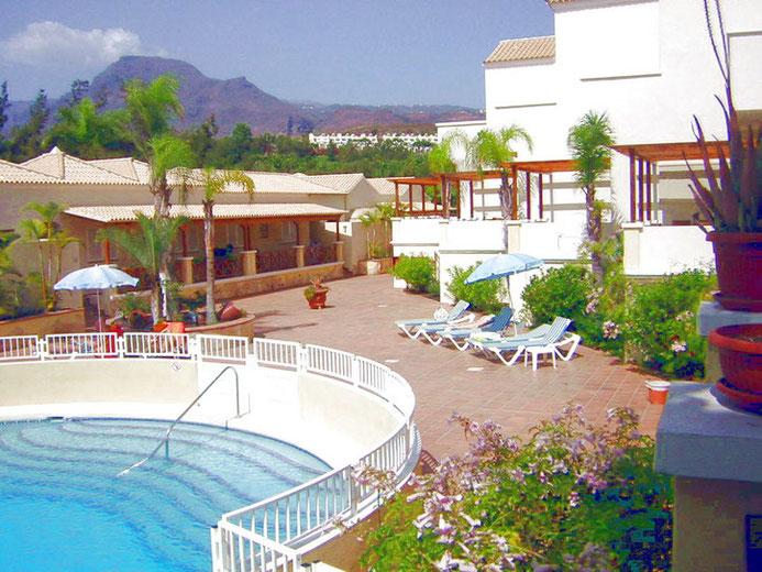 Stilvoller Pool mit genügend Fläche zum Sonnen.