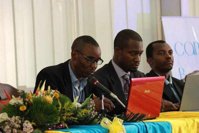 Théophile Abega Moussa, Modérateur de l'Atelier 3, Start ups et Dévelopeurs de Solutions lit son rapport