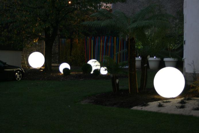 jardin contemporain JARDIVILLE, éclairage Globo Out, gros pot de jardin, bambou déco