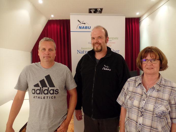 1. Sprecherin: Claudia Steinhoff aus Emden (zurückgetreten), 2. Sprecher Heiko Ringena aus Krummhörn (li.) und NABU Regionalgeschäftsführer Ostfriesland Jan Schürings (mi.)