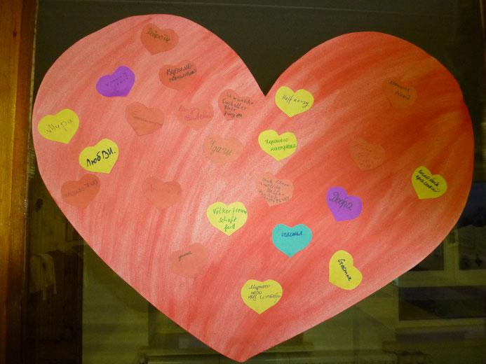 Auf dieses große Herz mussten Schüler und wir alle unsere Wünsche und Hoffnungen aufschreiben