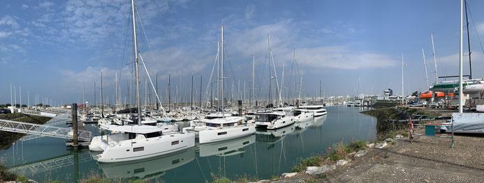 Les pontons visiteurs remplis de catamarans