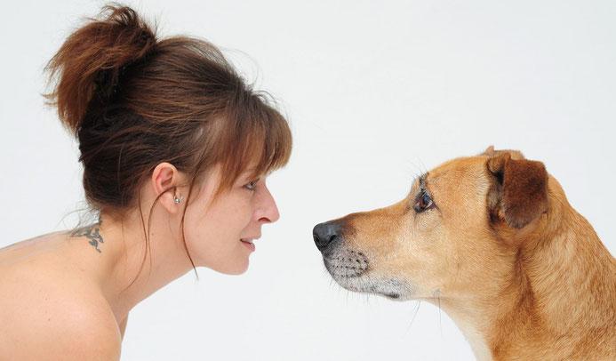Frau und Hund Nase an Nase