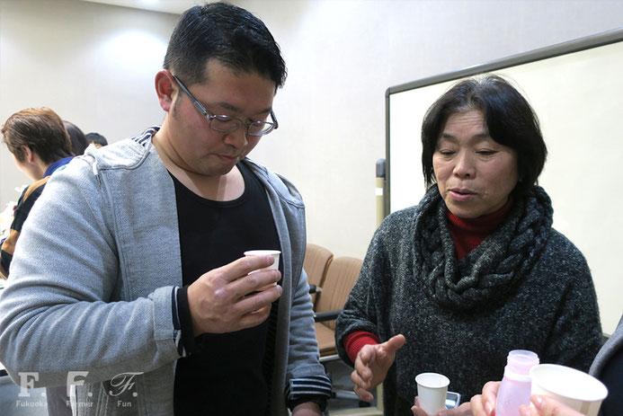 甘酒を試飲する脇山地区の生産者、馬場さん(左)と野中さん(右)