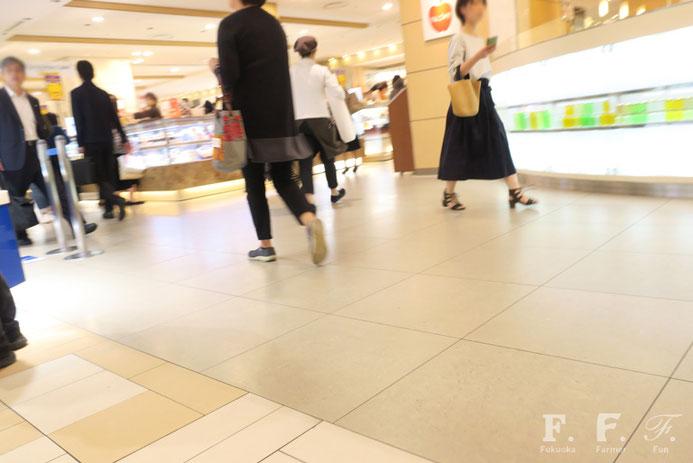 人通りが多い博多阪急さんの店内