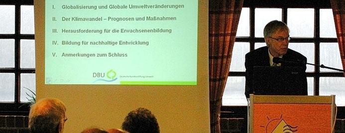 Dr. Ulrich Witte von der Deutschen Bundesstiftung Umwelt referiert bei der Jahrestagung 2009 der niedersächsischen Heimvolkshochschulen.