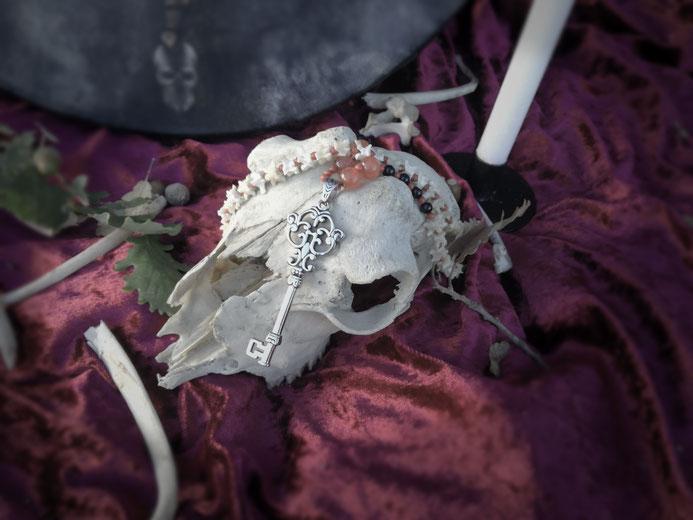 Cosa sono tutte queste ossa e i toni cupi? E il teschio non è neanche di unicorno... Bocciato.