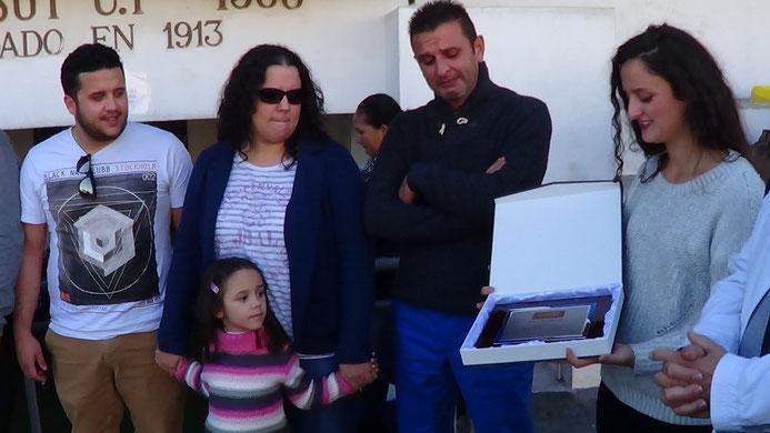 """FAMILIARES """"DEL ABUELO DE LOS CARAMELOS"""" RECIBEN UNA PLACA."""