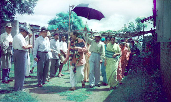 MSI Collection ; 1954, India - Phillipe is on the far left holding a coat