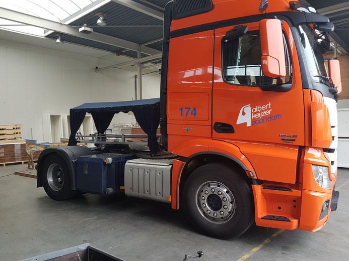 Het rouwframe gemonteerd op een truck van Albert Keijzer, voor een uitvaart van uitvaartverzorging Harlingen