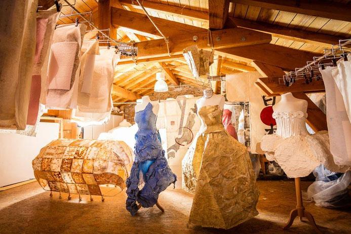 exposition robes en papier - moulin à papier de brousses et villaret dans l'Aude