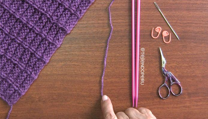 Poncho de un cuadrado para damas tejido en dos agujas