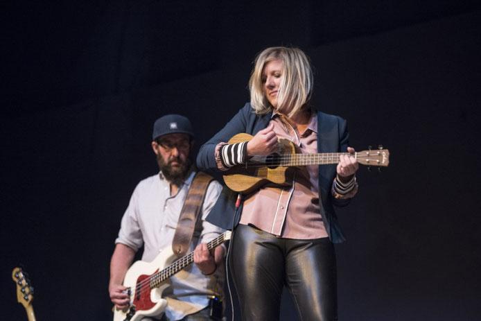 Claudia Koreck beichtet ihre Esslust, verrät Peinlichkeiten - und macht mitreißende Musik. (Foto: Arlet Ulfers)