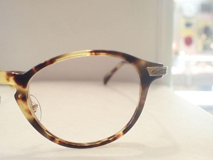 目がメガネのどの位置にくるか、フィッティングは重要です。見え方はもちろん、見栄えの印象も変わります。
