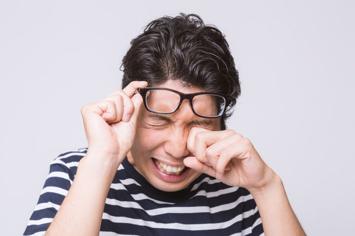 スマートフォンやパソコンを見てイライラするのは、遠くが見えすぎるメガネ「過矯正」が原因かも。メガネ屋視点で、なぜ過矯正メガネが出来上がってしまうか書いてみました。