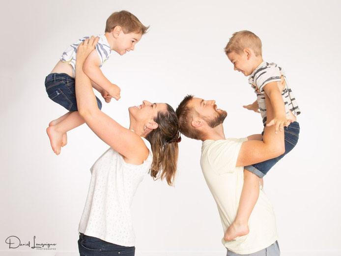 séance photo de famille; enfants et parents en studio dans l'oise aux portes du val d'oise; enfants qui volent