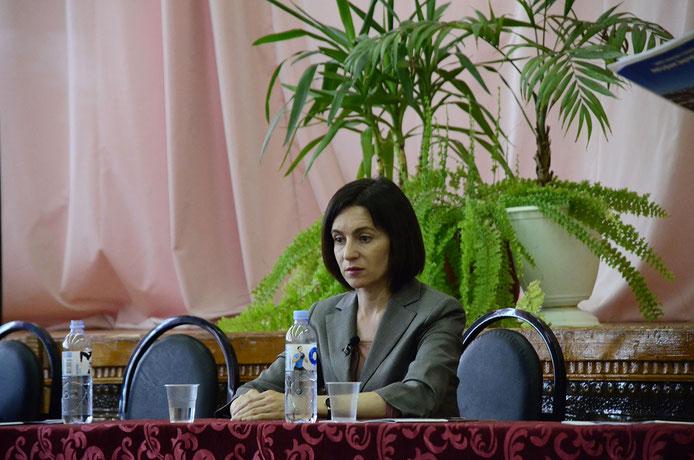 Bei Diskussionen mit Wählerinnen, wie in der Universität in Chișinău, hält sie sich Maia Sandu eher zurück. Foto: Carolin Gißibl