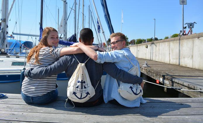 KulturLife Returnees mit ihrem Weltentdecker-Büddel an der Kieler Förde.
